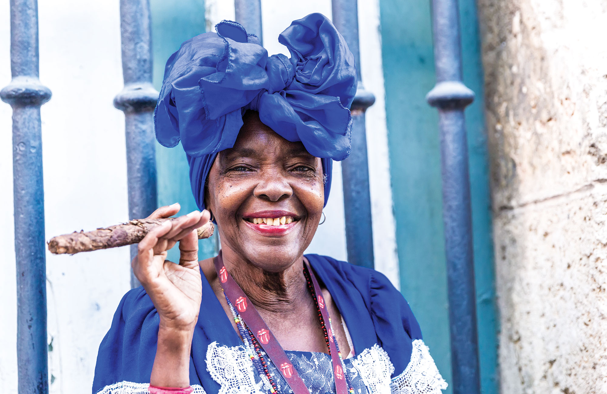 Femme tenant un cigare à La Havane - Cuba