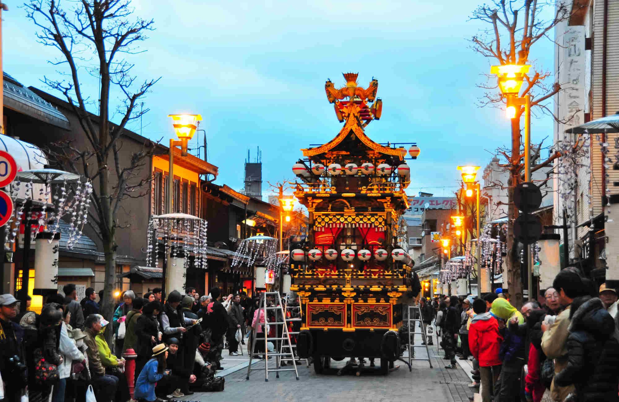 Matsuri d'Hanami à Takayama au Japon en voyage avec Amplitudes