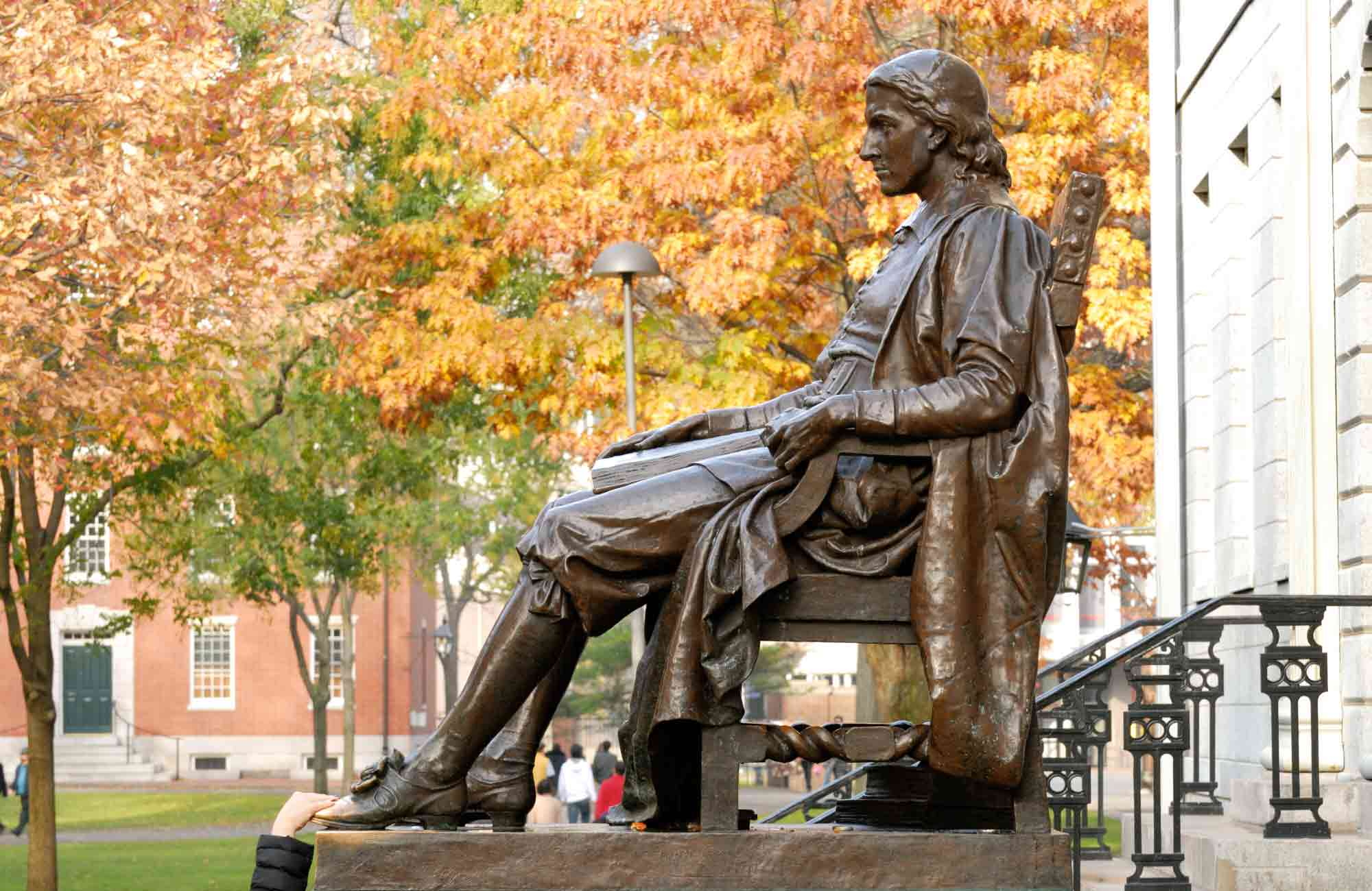 Voyage Boston - Cambridge - John-Harvard-la-statue-des-trois-mensonges - Amplitudes