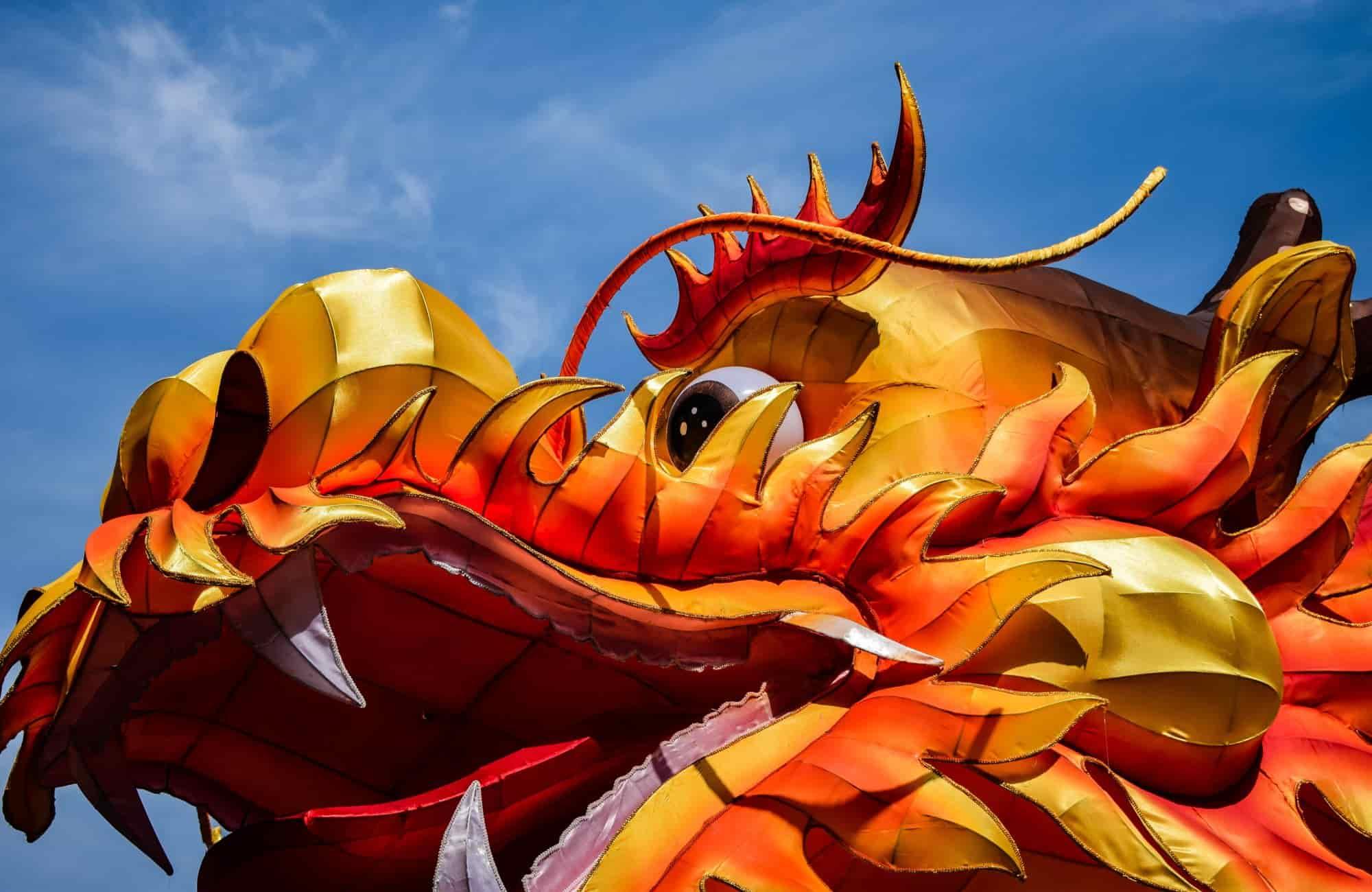 Masque de dragon chinois déambulant pour le nouvel an Chinois