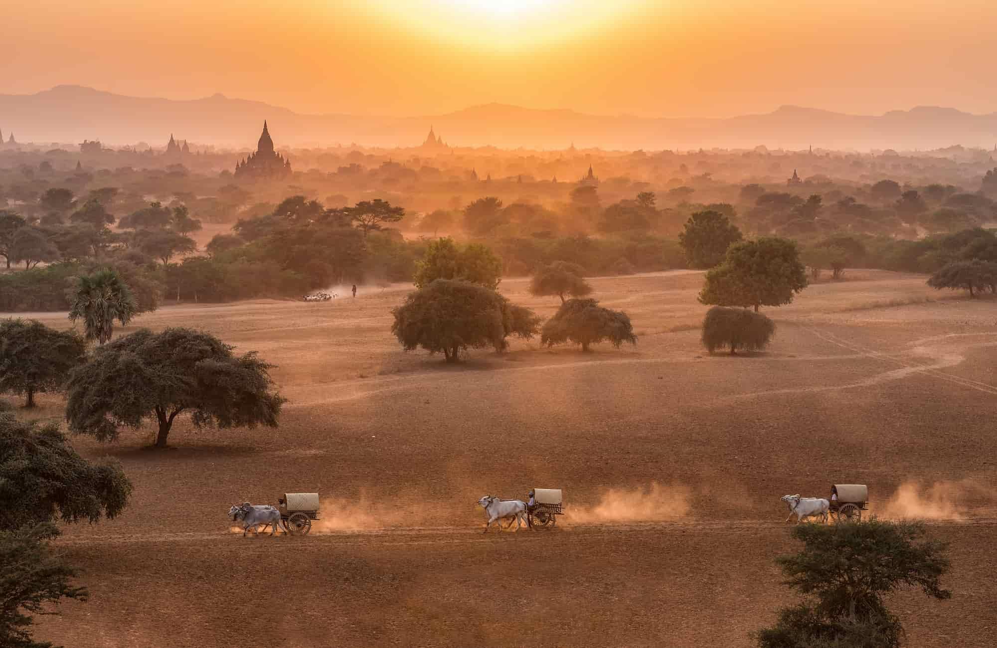 Voyage Birmanie - Coucher de soleil calèches à Bagan - Amplitudes