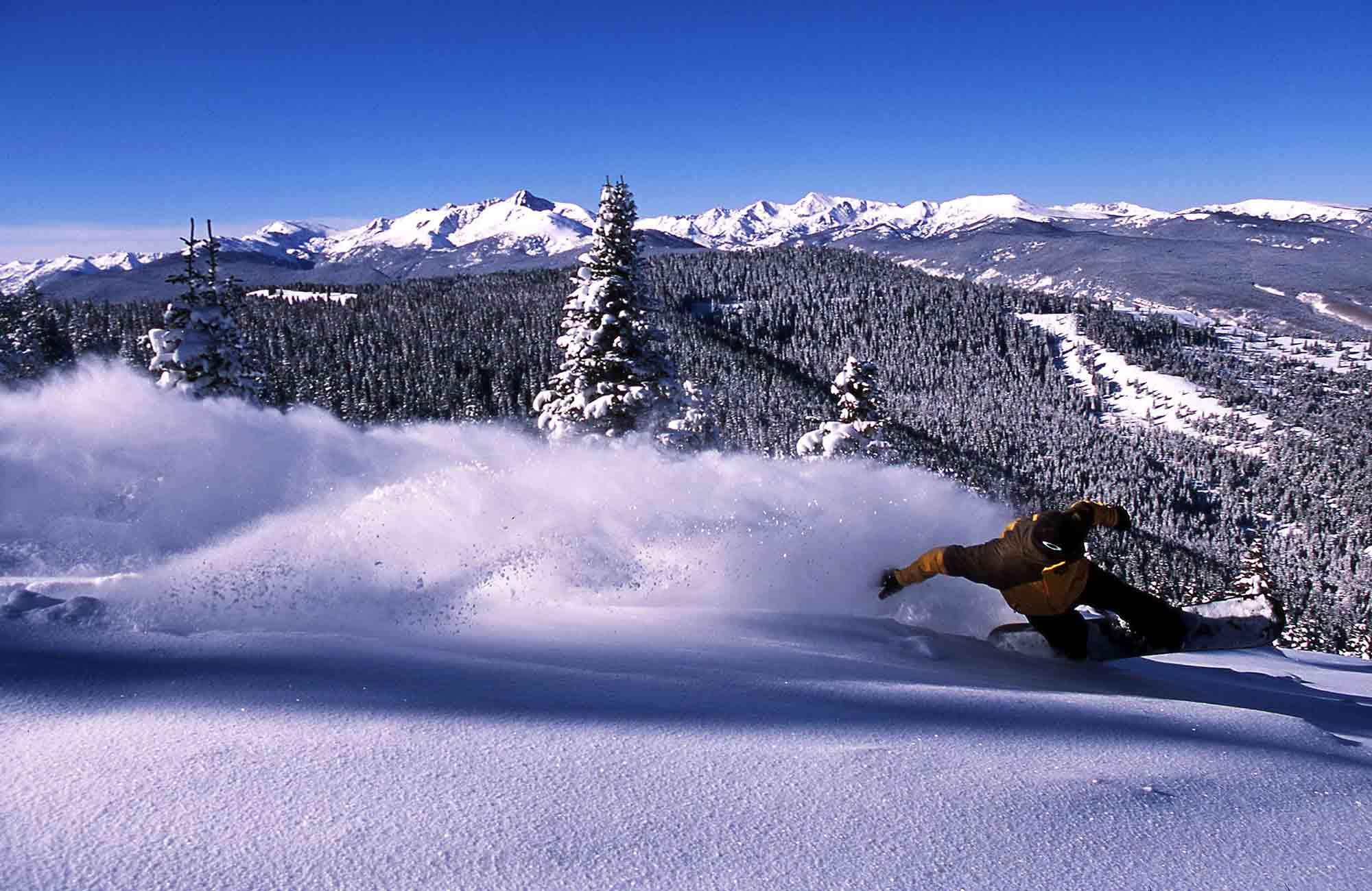S'amuser dans la poudreuse d'Aspen en Snowboard