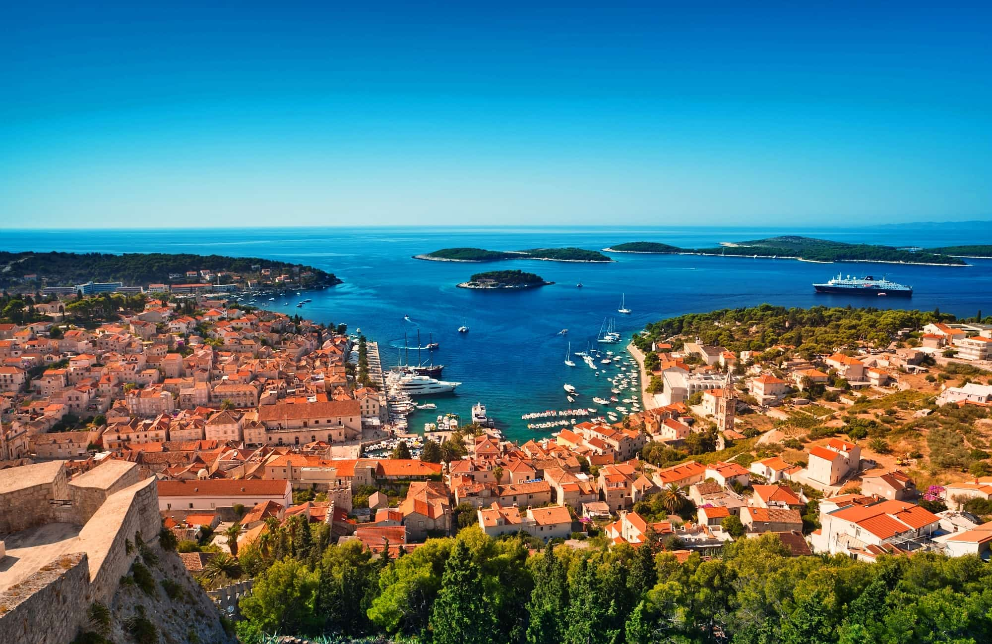 Depuis les hauteurs, le port d'Hvar se découvre