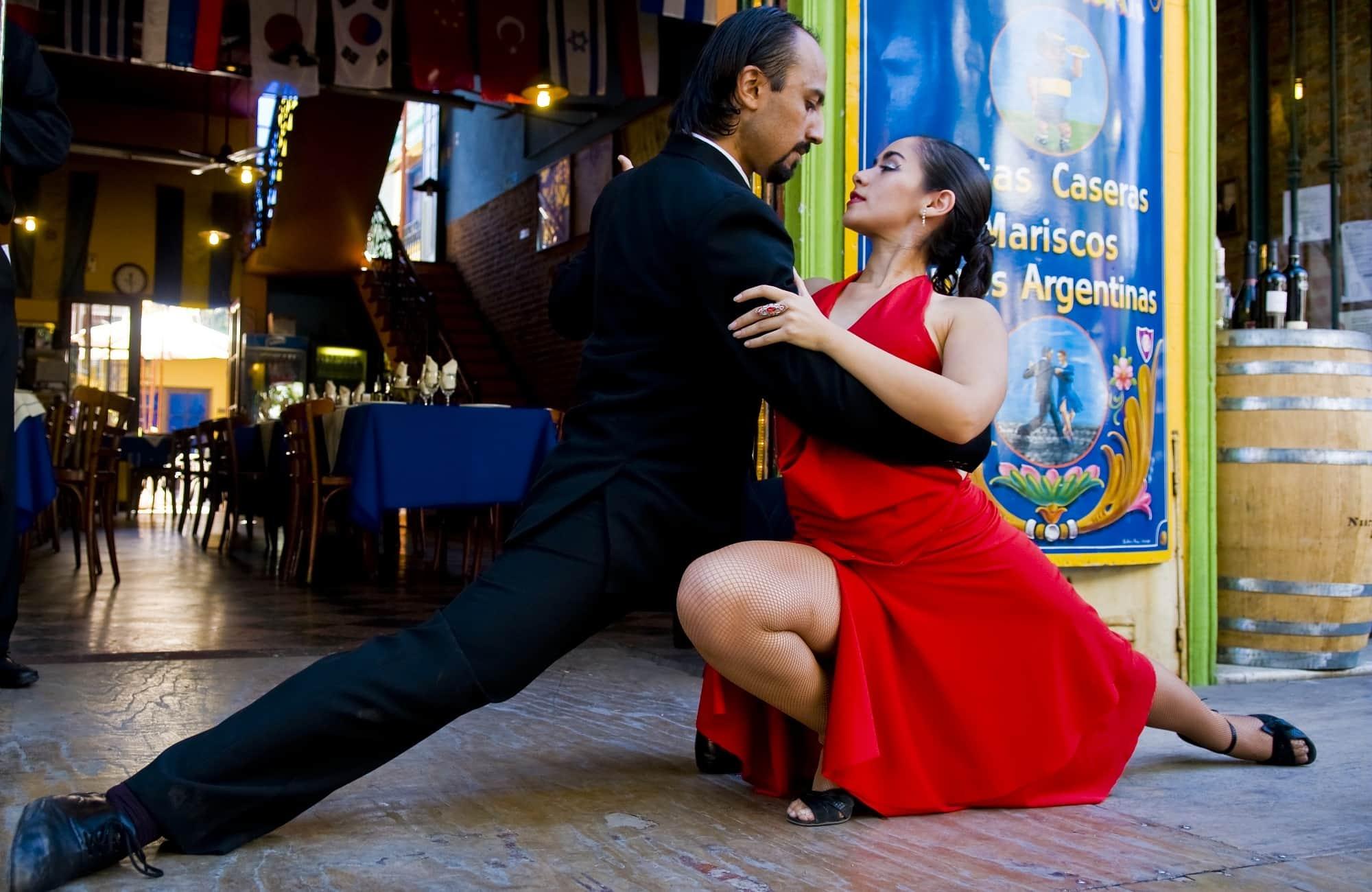 Couple argentin dansant dans les rues de Buenos Aires