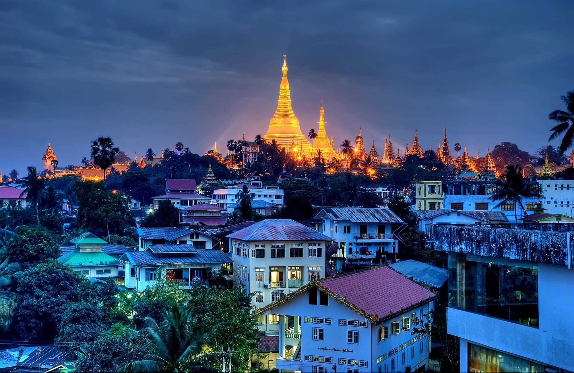 Yangon et la pagode Shwedagon vue de nuit – Birmanie