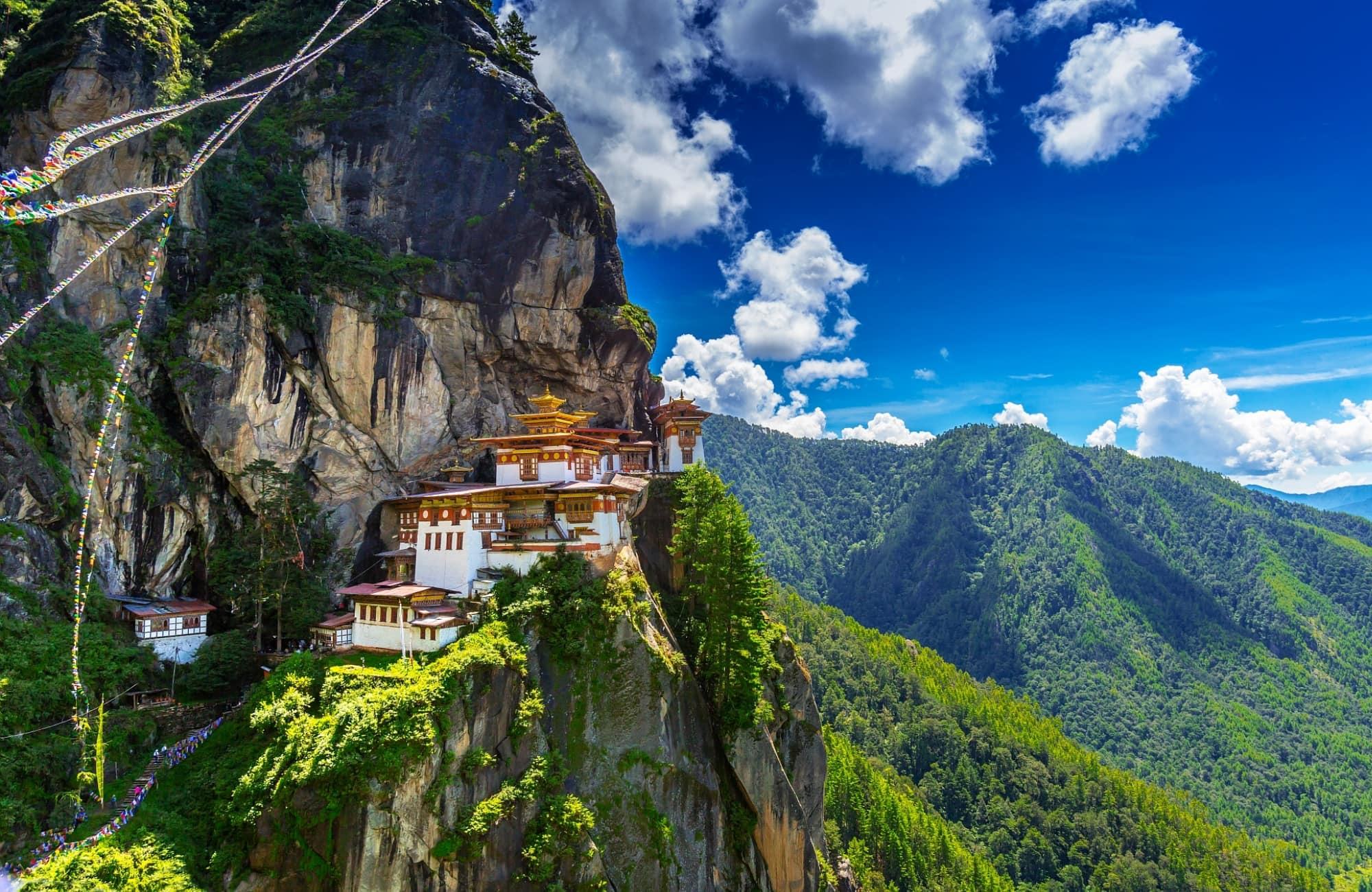 Le monastère bouddhiste de Taktshang trônant sur une falaise
