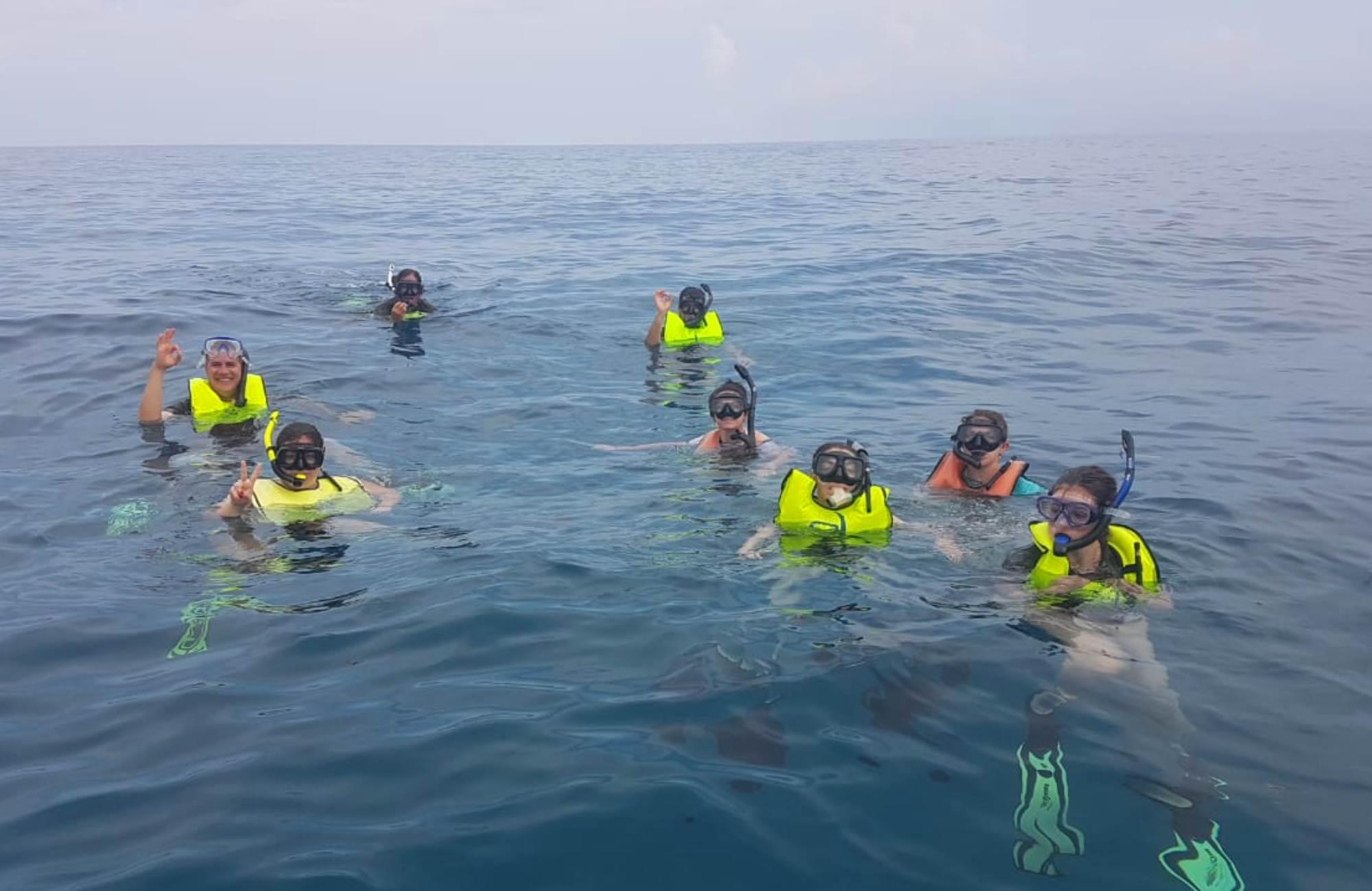 Juliette et son groupe au milieu du Pacifique