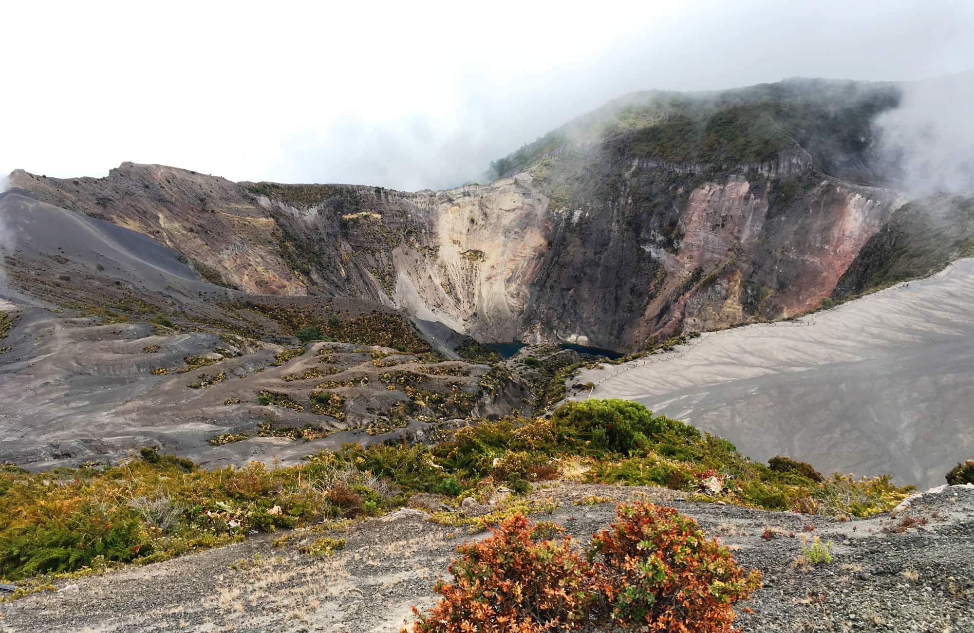 Le cratère principal fumant avant l'arrivée des nuages