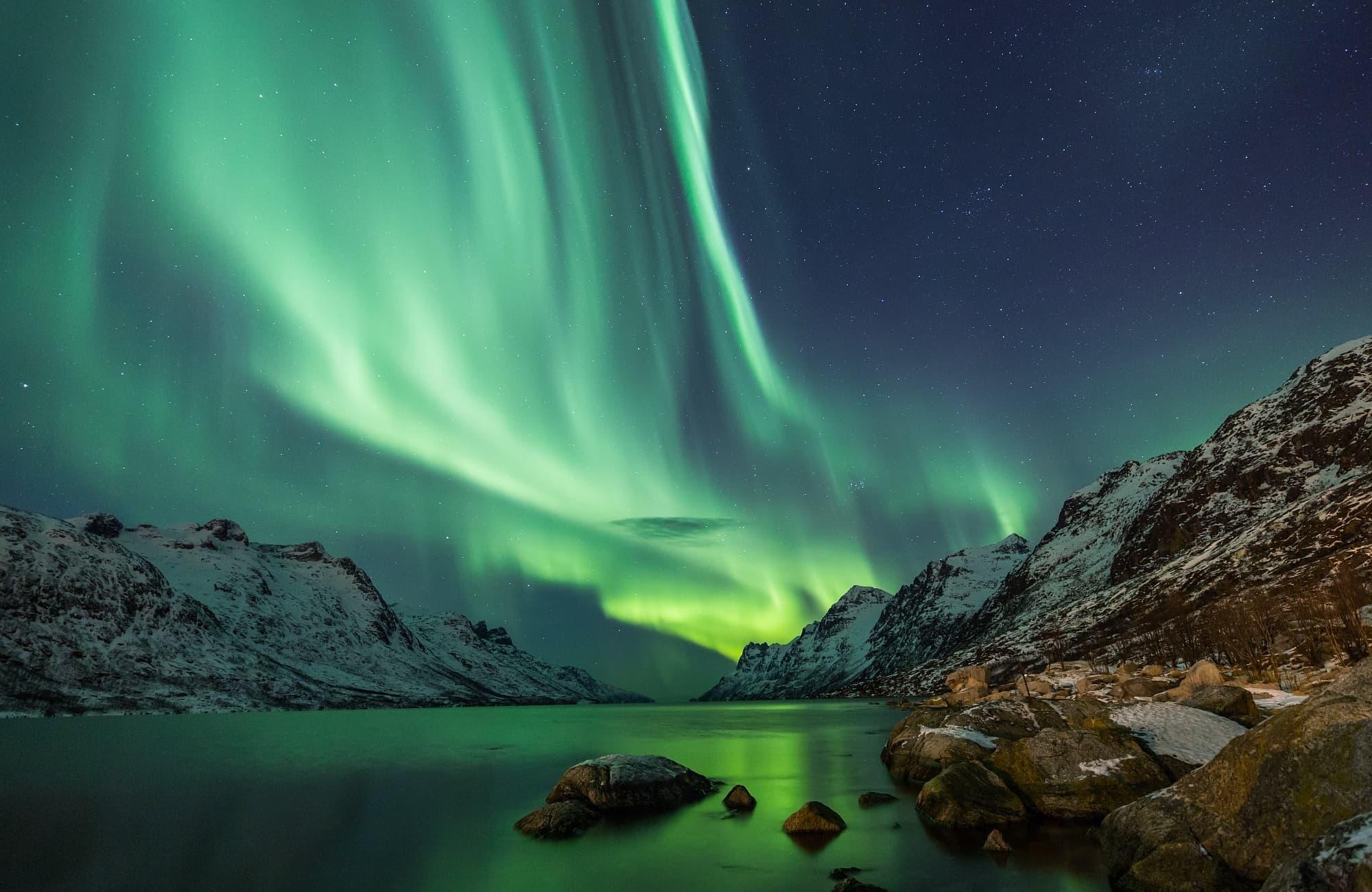 Les aurores boréales s'épanouissent dans le ciel islandais