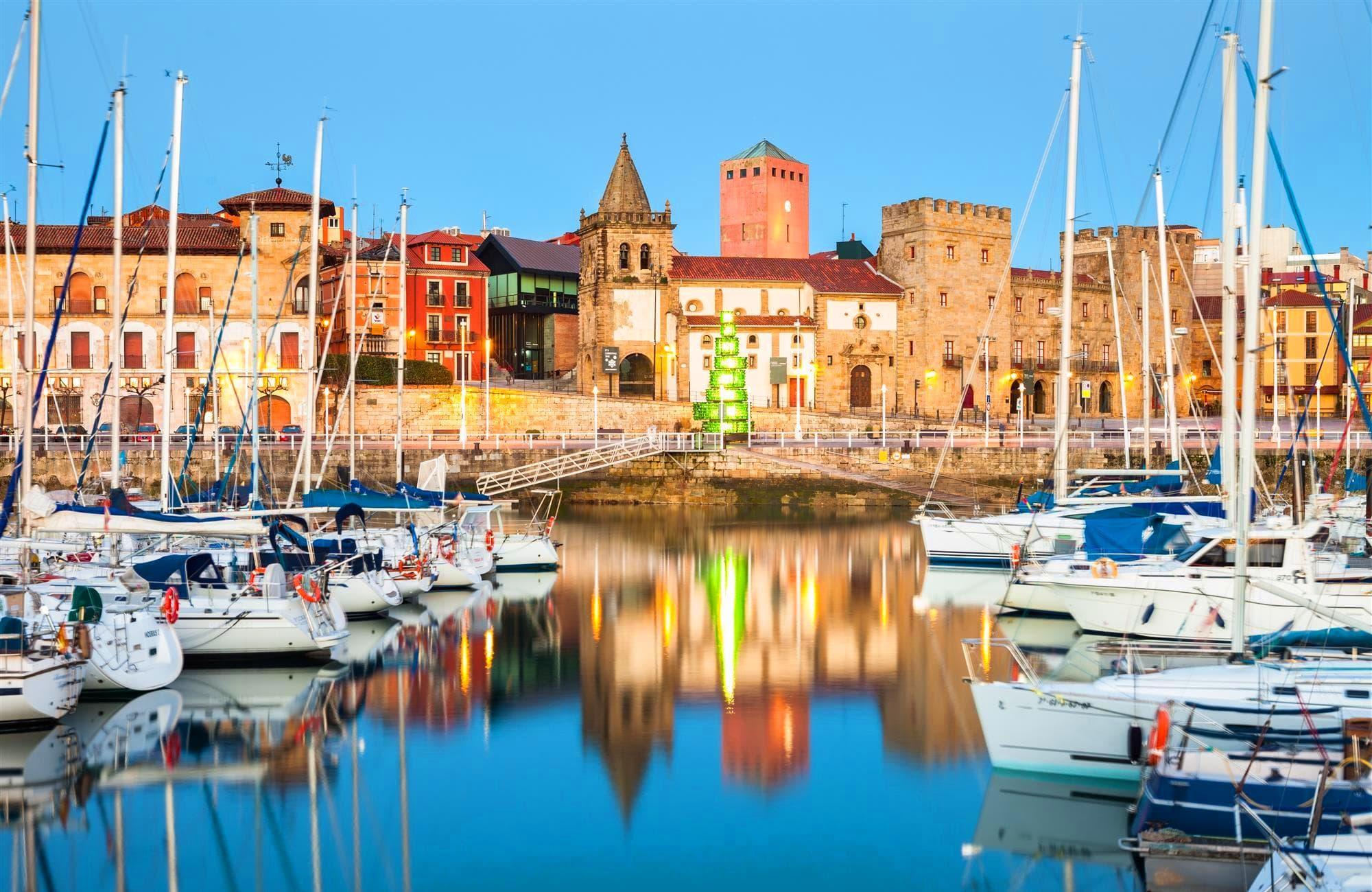 Reflet de Gijón sur le port
