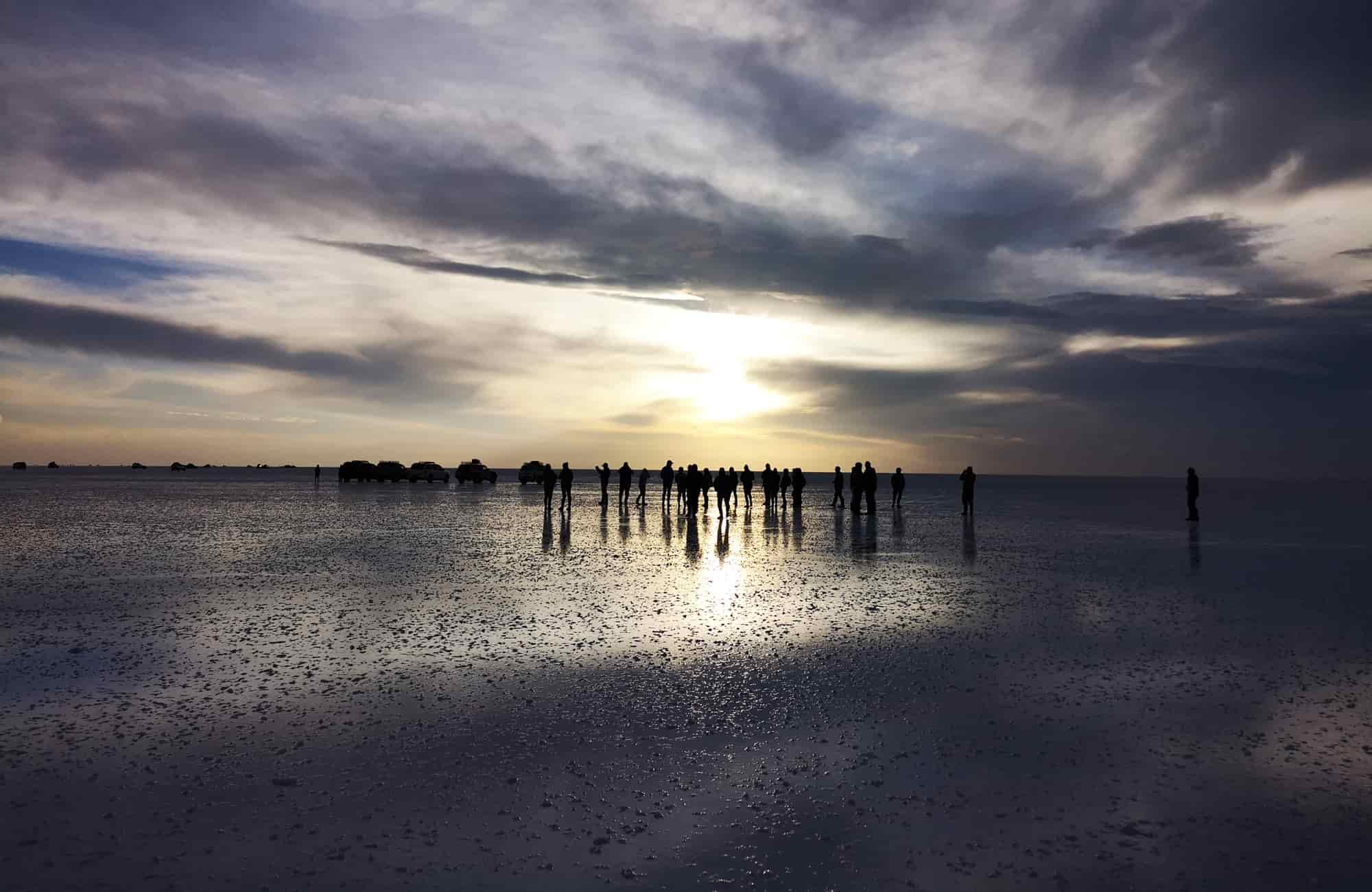 Le salar d'Uyuni offre des moments uniques, entre photographies originales et apéritif au coucher de soleil.