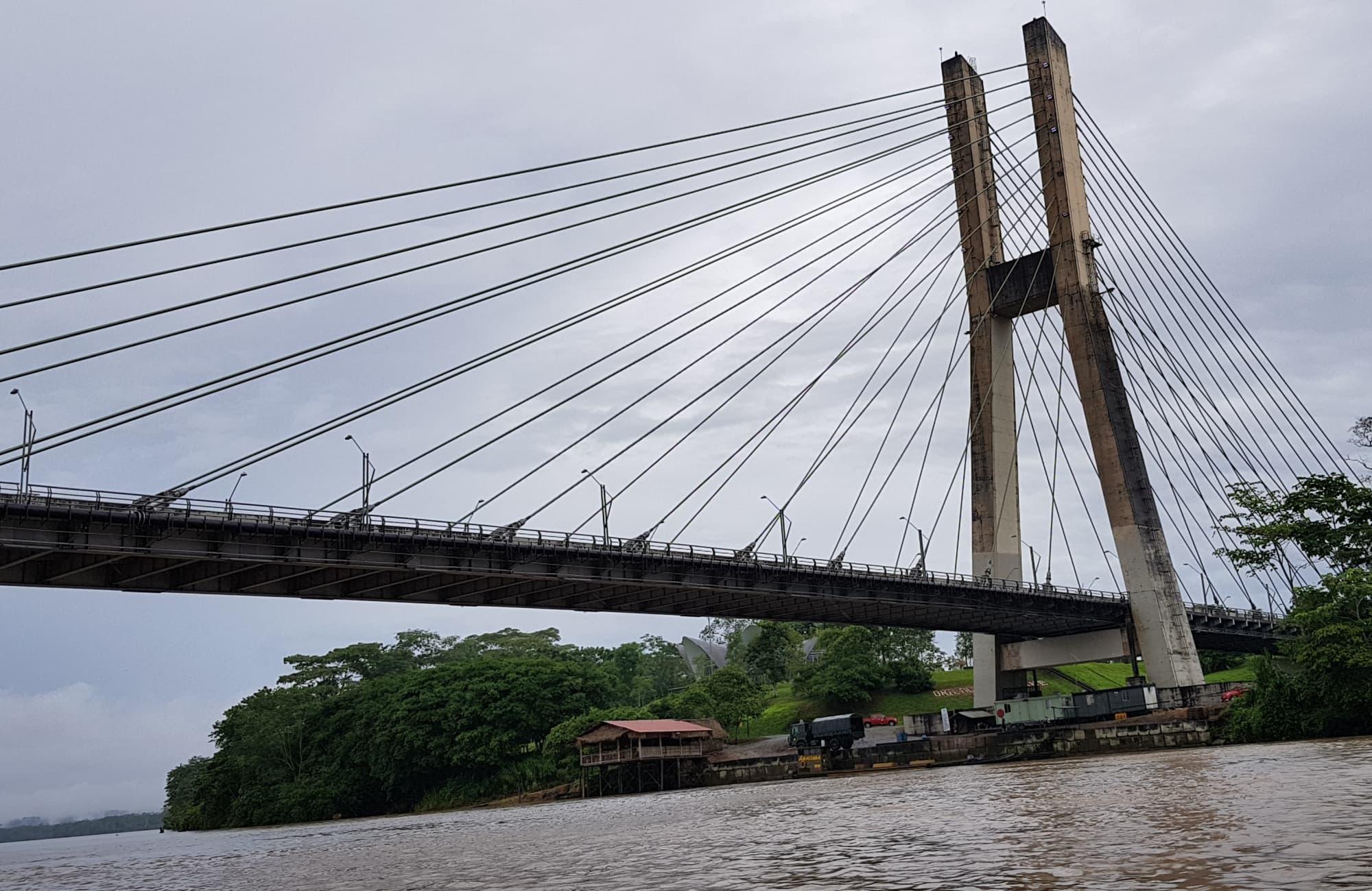 En Amazonie, tous les modes de transport son permis : School bus, petit bateau…