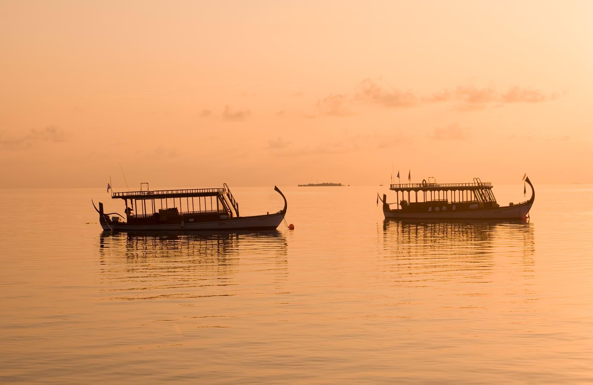 Voyage Maldives - Dhoni bateau de pêche au coucher du soleil - Amplitudes