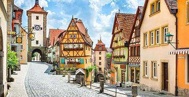 Allemagne - Vue sur une rue et ses maisons médiévales à Rothenburg ob der Tauber