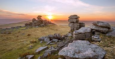 Cornouailles - Tours en granite à Dartmoor au coucher de soleil
