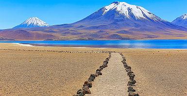 Chili - Sentier de randonnée qui allonge les lagunes Miñiques et Miscanti avec vue sur les volcans enneigés