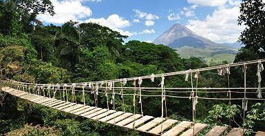 Pont devant le Volcan Arenal au Costa Rica