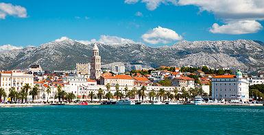 Croatie - Vue du port de la ville de Split et la montagne Riva en arrière-plan