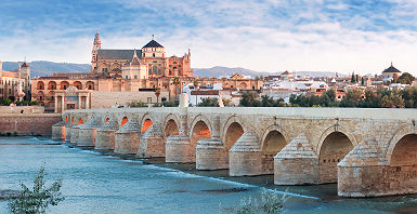 Espagne - Pont roman sur la rivière Guadalquivir menant à la cathédrale de Cordoba