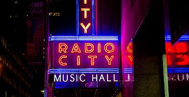"""Etats-Unis - New York - """"Radio City Music Hall"""" la nuit"""