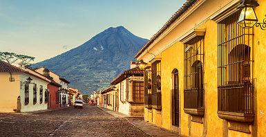 Guatemala - Vue sur le quartier historique d'Antigua avec ses maisons colorées