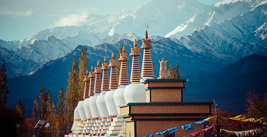 Inde - Stupas bouddhistes et vue sur les montagnes Himalaya, Ladakh