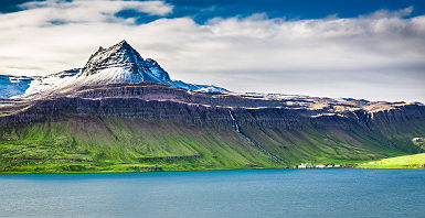 Montagne volcanique au dessus d'un fjord - Islande