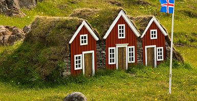 Maisons typiques d'Islande avec un drapeau du pays
