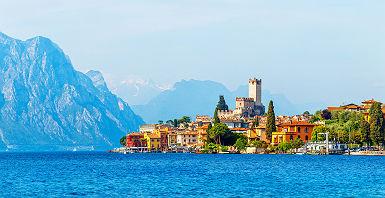 Lombardie - Vue sur la forteresse et la tour de la ville de Malcesine, bordée par le lac de Garde