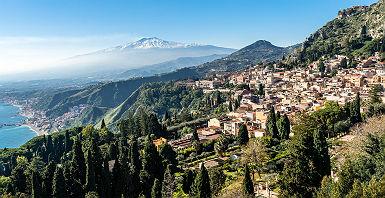 Vue panoramique sur Taormina et l'Etna, en Sicile