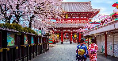 Japon - Femmes en kimono se promènent devant le temple Sensoji à Tokyo