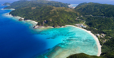 Images de drones sur l'océan à Okinawa, au Japon