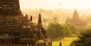 Moine et montgolfières au lever du soleil sur les pagodes de Bagan - Birmanie