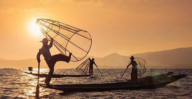 Birmanie - Pêche traditionnelle au coucher de soleil à Amarapura