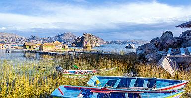 Barques colorées sur une Ile du Lac Titicaca - Pérou