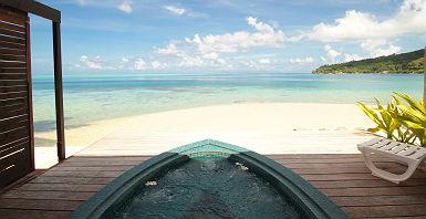 Polynésie Française - Huahine- Hôtel Le Mahana - Espace jacuzzi avec vue sur la plage Kokoné