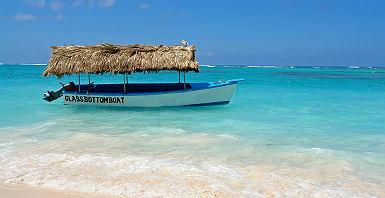 Bateau à fond de verre sur la plage de Punta Cana, en République dominicaine