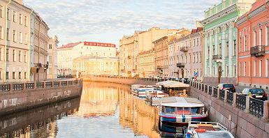 Russie - Bateaux amarrés le long du canal à Saint-Pétersbourg