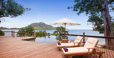 Enchanted Island Resort - Espace détente avec piscine et chaises longues