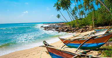 Bateaux sur une plage du Sri Lanka
