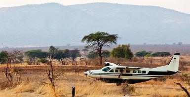 Avion atterissant sur la piste d'atterrisage de Ruaha - Tanzanie
