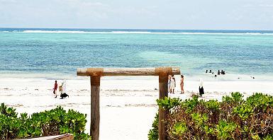 Villa Kiva Resort - Touristes profitent de l'accès privilégie à la Gonden Beach à Matemwe