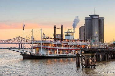 /images/naga/New Orleans paddle steamer in Mississippi river in New Orleans, Lousiana